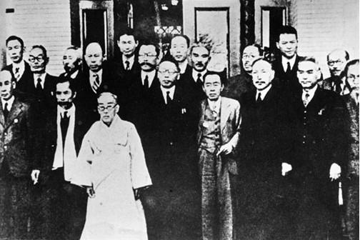 1945년 12월 3일 임시정부요인 귀국기념 사진(오른쪽에서 4번째가 선생)